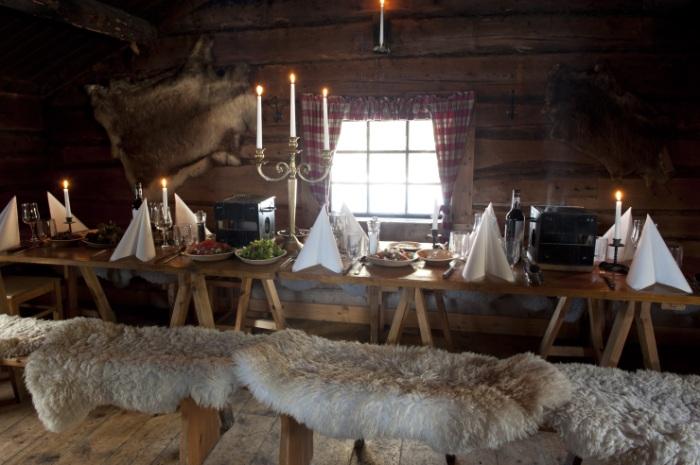 Ovan, Östfjällets Fäbod, dukat för Dalamiddag. Läs mer här.